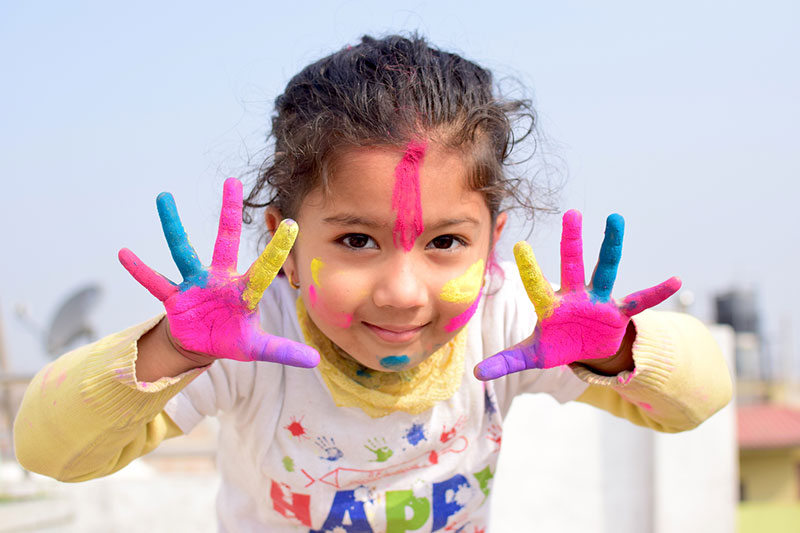 Niña de Nepal manos pintadas