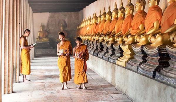 Budistas en el templo de Nepal