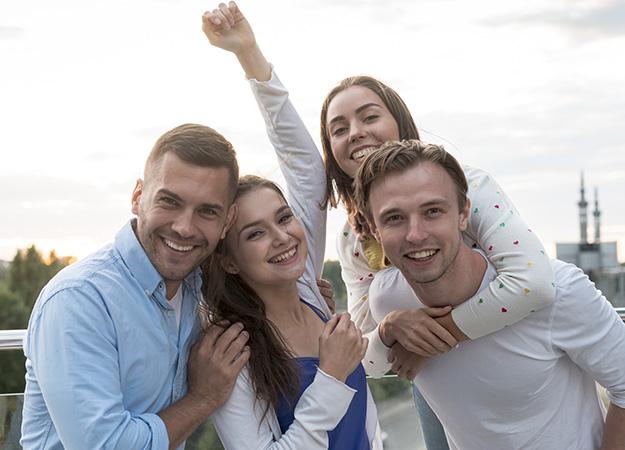 Cuatro jóvenes disfrutando de la ciudad de Torquay