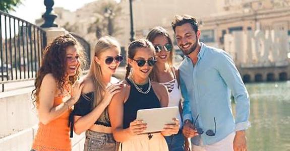 Estudiantes trabajando en hoteles y tiendas de París