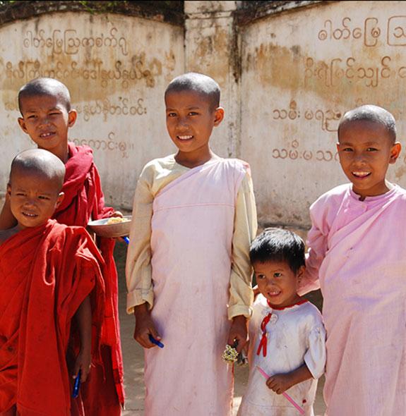 Niños de la India en una escuela donde realizamos voluntariado