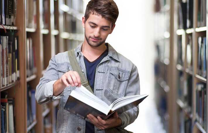 Estudiante de inglés en la Biblioteca de Torquay