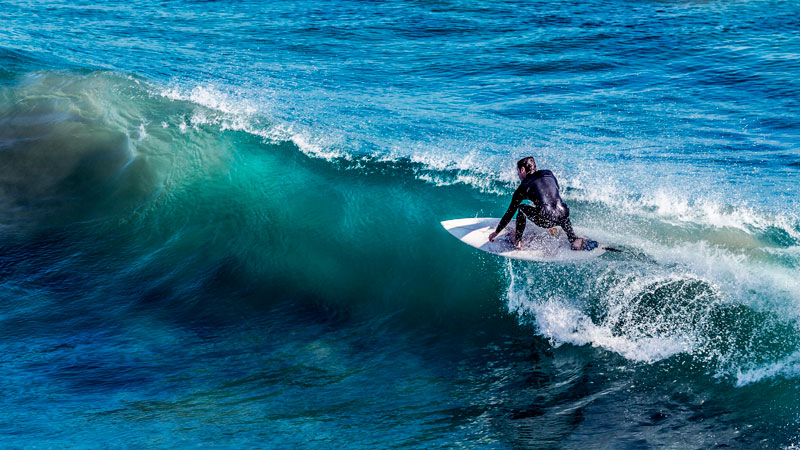 Travel Worker practicando surf en su tiempo libre