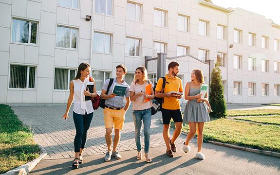 Estudiantes saliendo de su alojamiento en San Francisco