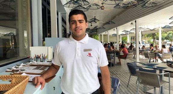 Estudiante haciendo sus prácticas en el Hotel Marriot en Tailandia